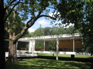 Farnsworth House from the river side.